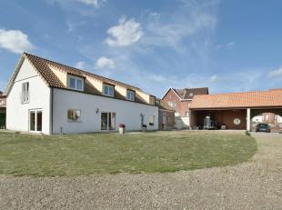 Deze sfeervolle woonboerderij is in 2000 volledig vernieuwd waarbij de volgende werkzaamheden hebben plaatsgevonden : volledig nieuw dak met isolatie,