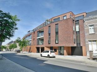 INDELING:<br /> 1ste verdieping (moderne keramische tegelvloer + vloerverwarming) :<br /> Inkomhal met gastentoilet (hangtoilet en wasbakje),<br /> Li