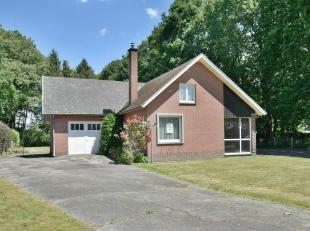 Charmante, volledig te renoveren bungalowwoning op residentiële, bosrijke locatie gelegen te Lanaken.De woning beschikt over een inpandige garage