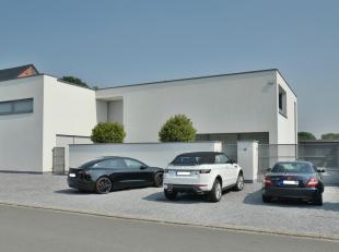 Hedendaagse woning met E-peil van 82 onder strakke architectuur met een landelijk uitzichtHuurprijs : euro 1650,-/maandWaarborg : 3 maanden huur Plaat