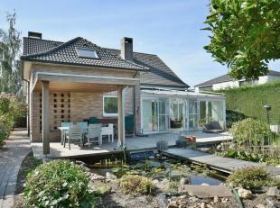 Ruime gezinswoning met fraaie lichtrijke tuinkamer, 4 slaapkamers en twee badkamers en knap overdekt terras. De woning beschikt tevens over een inpand