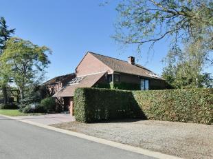 Deze architecturale woning met ruime huisweide werd ontworpen door architect Piet Joosten. De woning werd ontworpen met als centraal punt een patiorui