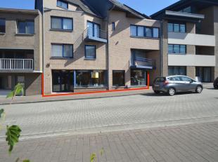 INDELING :Showroom / winkelruimte 80 m² met brede glazen etalageKantoor 25 m²ToiletruimteMagazijn 1 van 81 m² met garagepoortMagazijn 2