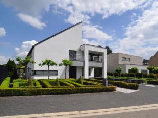 Moderne recente villa is gesitueerd op een perceel van 8a 44ca in een geliefde residentiële woonwijk te Maasmechelen.De villa bevat enkele unieke