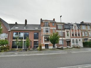 Deze ruime stadswoning beschikt over 4 slaapkamers, 2 badkamers, 2 toiletten en een ruim dakterras. De herenwoning is gelegen op een uitstekende locat