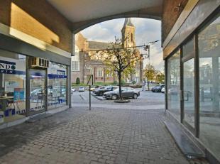 Deze handelsruimte van 73 m² is pal in het centrum van Lanaken gelegen, tussen 2 grote parkeerterreinen in (Molenweideplein en Kerkplein).Meer in