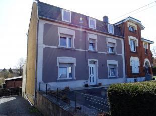 In het centrum van Neufchâteau gelegen.Bestaat uit : inkomhal, woonkamer, keuken, bureau,  douchekamer, 3 slaapkamers, zolder, 3 kelders en 1 wi