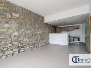 Ce spacieux appartement (environ 90 m²) situé au rez-de-chaussée dune petite résidence de deux unités est idéa