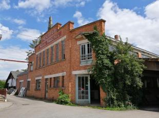 Ancienne menuiserie familiale denviron 720 m² idéalement située au cur du village de Haillot ( Ohey). Le bâtiment comprend un