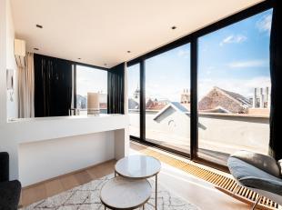 Zavel. Superieure GEMEUBELDE Triplex op de derde en laatste verdieping van een klein gebouw. Het appartement van +/- 140m² bestaat uit: woonkamer