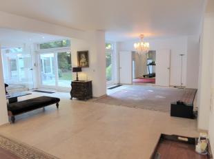 Deze villa in klassieke stijl ligt in het Fort Jaco-gebied en heeft een oppervlakte van +/- 650m2 op 3 niveaus. Het bestaat uit een grote hal en een p