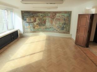 Proximité Place Stéphanie, superbe bureau RENOVE de +/-150m² dans un immeuble de standing. Il se compose d'un vaste hall d&rsqu