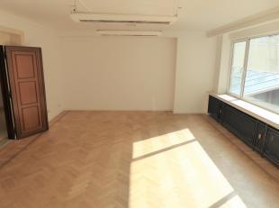 Proximité Place Stéphanie, deux superbes bureaux RENOVES de +/-280m² dans un immeuble de standing. Tous deux logés sur le m&