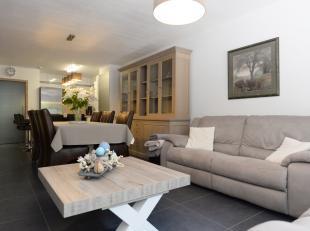 Kwaliteitsvol gelijkvloers appartement met twee slaapkamers en zeer ruim zuidelijk georiënteerd terras van 45 m² !! <br /> <br /> +++Bekijkt