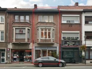 Instapklaar gerenoveerd handelspand met duplexappartement.<br /> <br /> +++Bekijkt U de woning via een aanverwante website ga dan naar www.machon.be e