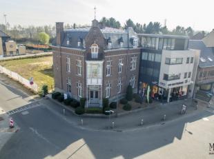 Dit karakteristiek herenhuis is gelegen op de meest zichtbare hoek van Lanaken, middenin het centrum. Het gebouw werd in de beginjaren van de 20ste ee