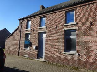Très belle maison entièrement rénovée, grand living, cuisine équipée, terrasse, jardin cloturé, 2 gar