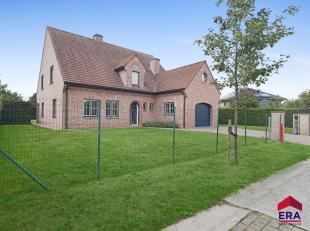 In een residentiële buurt te Sleidinge bevindt zich deze statige karaktervolle villa. Elke leefruimte is voorzien van grote ramen die genieten va