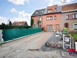 Knappe instapklare bel-etage gelegen in de rand van Gent, met garage, zuidertuin, grote leefruimtes en 3 slaapkamers. De inkomhal leidt u links naar d