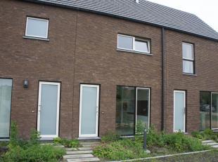 Bijna energieneutrale woning te huur gelegen in een rustige nieuwbouwwijk nabij het centrum van Eeklo. Deze gezinsvriendelijke woonst is ingeplant in