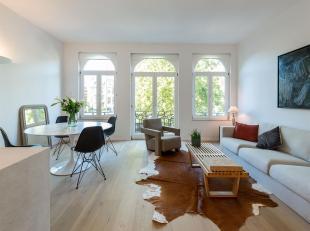 A proximité du Parc du Cinquantenaire, dans une maison de maître bourgeoise de style Beaux-Arts, entièrement rénovée