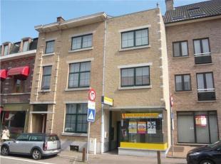 Gelegen in het winkelcentrum van Bilzen, op de 1ste verdieping (rechts). Geen lift aanwezig. <br /> <br /> appartement met hal, living, keuken met k