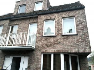 Vlot bereikbaar appartement op wandelafstand van het winkelcentrum van Hasselt.<br /> <br /> Duplex-appartement met als indeling :<br /> woonkamer met
