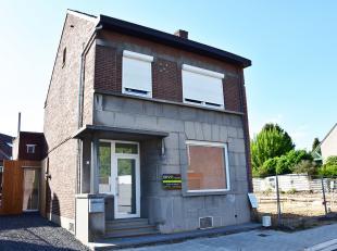 Deze half-vrijstaande woning werd onlangs volledig gerenoveerd, en is voorzien van nieuwe ramen,verwarming, vloeren, badkamer, keuken, enz...<br /> <b