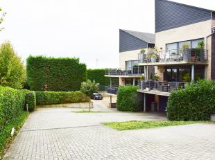 """Appartement met veel lichtinval en mooi terras, met uitzicht op 'groen', gelegen op het gelijkvloers in residentie """" La Scala"""". Door zijn ligging heef"""