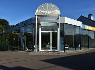 Commercieel goed gelegen toonzaal met een oppervlakte van +/- 500 m² (30m * 17m), <br /> met 2 kantoren (uitgerust met airco), wc en keuken.<br /