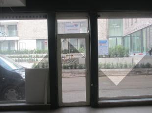 Kantoorruimte met mogelijkheid voor zetel van uw vennootschap met   kantoorruimte  .  Sanitiar is aanwezig. U huurt een deel van het handelspand<br />