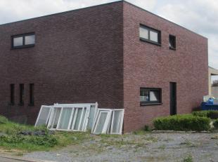 Deze mooi gelegen moderne  woning kunt u naar eigen wens verder afwerken. Ramen en deuren in zwart aluminium met 3 lagen glas. indeling : inkomhal , r