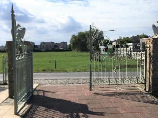 Groot huis (4 slaapkamers) op 1 km gelegen van centrum Westende -Dorp met scholen en klein aangenaam licht toeristisch winkelcentrum.<br /> - Op 3 km
