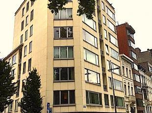 Dit instapklare, stijlvol gerenoveerde hoekappartement (230 m2) wacht op u - midden in Antwerpen, met garage. Een fraaie harmonie van lijnen, kleuren