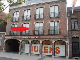 Midden in het centrum van Lanaken, schuin tegenover de ingang van galerie Da Vinci,  is dit knus appartement gelegen op de 1ste verdieping te huur.  E