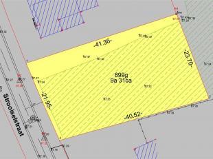 Deze grond is geschikt voor een open bebouwing, met een oppervlakte van 8a88 en een straatbreedte van 22 meter. De grond is gelegen in een groene omge