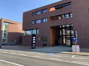 Bovenste verdieping van kantoorgebouw te huur!<br /> Het pand, gebouwd in 2014, is gelegen op een A-locatie in het handelscentrum van Genk.<br /> Het