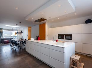 Uiterst knap gerenoveerde woning met alle comfort.<br /> Deze woning is optimaal verbouwd met oog voor detail, licht en ruimte. Werkelijk alles werd