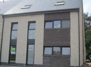 Nieuwbouwwoning met 3 slaapkamers en tuin, rustig gelegen in Maasmechelen.<br /> Bij het binnenkomen in de nieuwbouwwoning komt u terecht in de inkomh