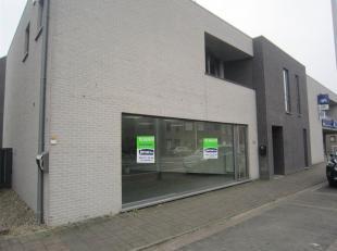 In het commercieel centrum van Rekem, bieden wij u dit modern handelspand aan.<br /> Bij het binnenkomen komt u terecht in een grote ruimte met achter