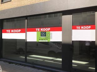 Dit handelspand is uitstekend gelegen midden het hart van de diamantwijk in Antwerpen, vlakbij de ingang van het Empire shopping center. Het is reeds