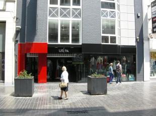 Het betreft een winkelpand in de drukke winkelstraat van Oostende, bestaande uit een gelijkvloers ca. 250 m², een mezzanine ca. 250 m² en ee