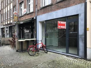 HORECAPAND! Dit casco-handelgelijkvloers is uitstekend gelegen op de Vrijdagmarkt te Antwerpen, de verbinding tussen de Steenhouwersvest en de Hoogstr