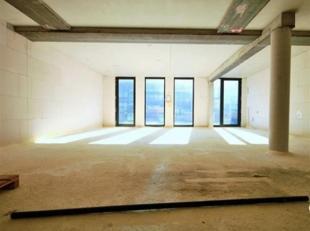 Nieuwbouw casco kantoor te koop gelegen aan de kaaien in Antwerpen.Het pand geniet van een terras van 50m² achteraan.Momenteel heeft het pand fun