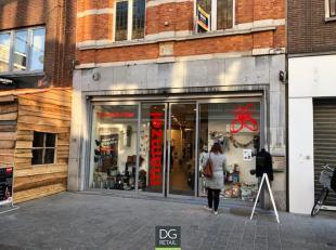 Handelsruimte gelegen in de belangrijkste winkelstraat van Leuven. Commercieel sterke ligging met in de onmiddelijke omgeving winkels zoals Bershka, P