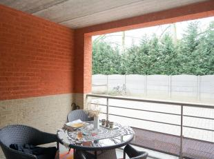 Gelijkvloers, modern appartement (2005) van 85m² met 2 slaapkamers, terras en parking.<br /> Onmiddellijk vrij!  Lift aanwezig tot in kelder met