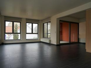 Modern nieuwbouwappartement (102m²) met terras en parking.<br /> 01 juni 2019 vrij!! Geen schotelantennes.<br /> Nieuwbouwappartement (2005) op d