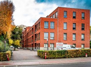 Ruim appartement (104m²) met terras, parking<br /> Onmiddellijk vrij.<br /> Energiezuinig : EPC 103<br /> Lift tot in de kelder met kelderberging