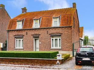 Aan de rand van het centrum van Peer gelegen vrijstaande woning met aanpalend voormalig schrijnwerkersatelier (42m²). Het atelier doet inmiddels
