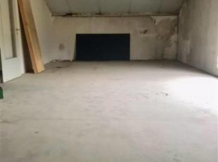 A LOUER ENTREPÔT de 256m² avec BUREAU de 47m², avec CUISINE et WC séparé.Porte sectionnelle 3,90m X 4,50m.Centre de MONS